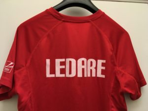 Ledare i simskolan har röda SK70-tröjor